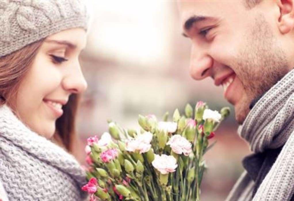Mand giver kvinde blomster