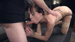 Kvindelig slave giver blowjob